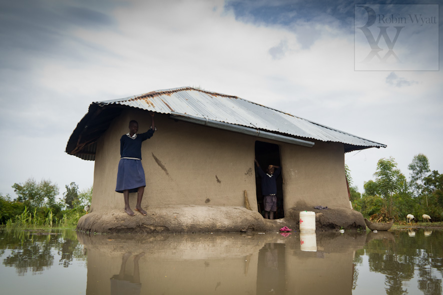 kenya nyanza kisumu oyola development climate change photographer flooding iied dfid idrc acts uhai home surrounded floodwater children 16497 Climate Change in the Nyando Basin   The Problem (IIED)