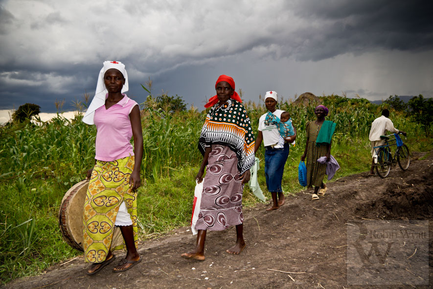 kenya nyanza kisumu wakesi development climate change photographer flooding iied dfid idrc acts uhai women churchgoers storm clouds 16358 Climate Change in the Nyando Basin   The Problem (IIED)